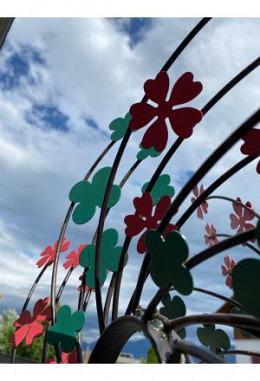 Windspiel Metall mit Blüemli grün, rot, DM 63, am Stab